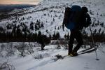 Erlend og Håkon ser ut veien opp. Bildet er tatt av Yngve Nordskag