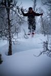 Erlend tar en flyvetur i skogen. Bildet er tatt av Yngve Nordskag.